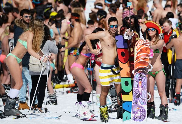 Účastníci vysokohorského karnevalu BoogelWoogel v lyžařském středisku Roza Chutor v Soči - Sputnik Česká republika