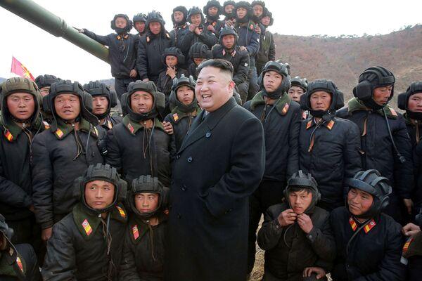 Severokorejský vůdce Kim Čong-un a tankový oddíl Korejské lidové armády - Sputnik Česká republika