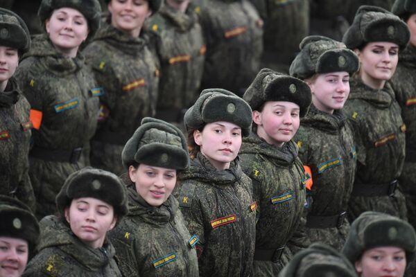 Společné cvičení pěších přehlídkových jednotek moskevské posádky na vojenskou přehlídku - Sputnik Česká republika