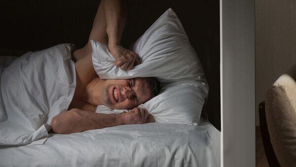 Muž nedokáže usnout kvůli sousedovi, který sleduje televizi - Sputnik Česká republika