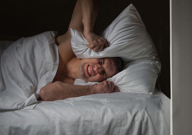 Muž nedokáže usnout kvůli sousedovi, který sleduje televizi