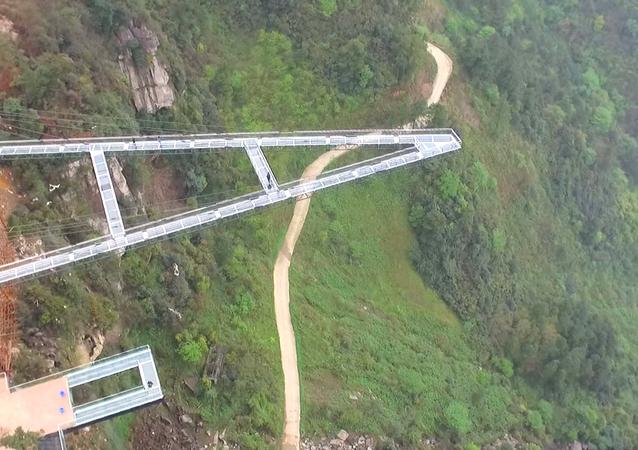 V Číně postavili vyhlídkovou terasu ze skla dlouhou 80 metrů