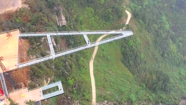 V Číně postavili vyhlídkovou terasu ze skla dlouhou 80 metrů - Sputnik Česká republika
