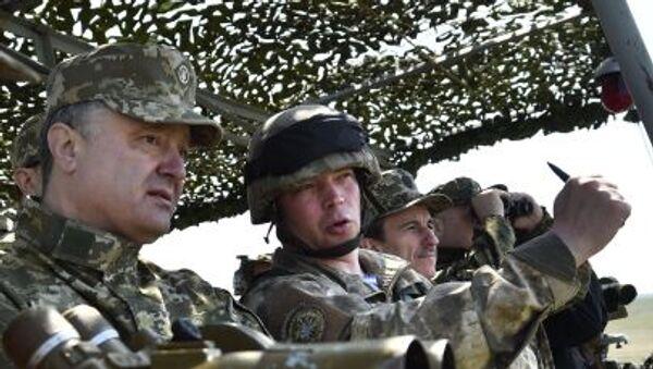 Petro Porošenko během vojenských učení - Sputnik Česká republika