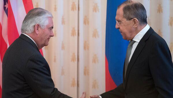 Ruský ministr zahraničních věcí Sergej Lavrov s americkým ministrem zahraničních věcí Rexem Tillersonem - Sputnik Česká republika