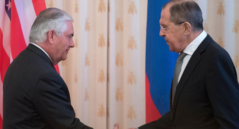 Ruský ministr zahraničních věcí Sergej Lavrov s americkým ministrem zahraničních věcí Rexem Tillersonem