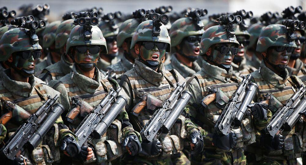 Vojáci během vojenské přehlídky v KLDR