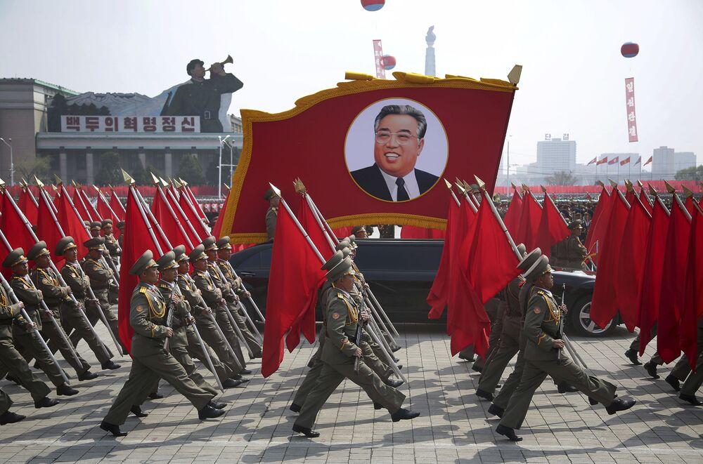 Vojenská přehlídka věnovaná 105. výročí narození Kim Ir-sena