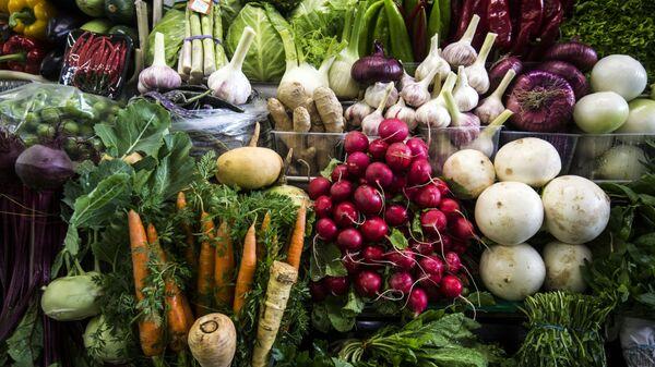 Овощи, выложенные на прилавке в овощном отделе Дорогомиловского рынка в Москве - Sputnik Česká republika