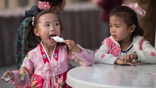 Dívky jedí zmrzlinu v Pchjongjangu - Sputnik Česká republika