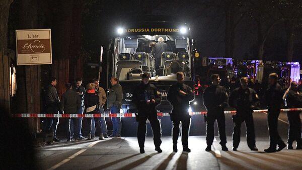 Полиция возле автобуса футбольной команды «Боруссия», поврежденного взрывом на улице Дортмунда, Германия - Sputnik Česká republika