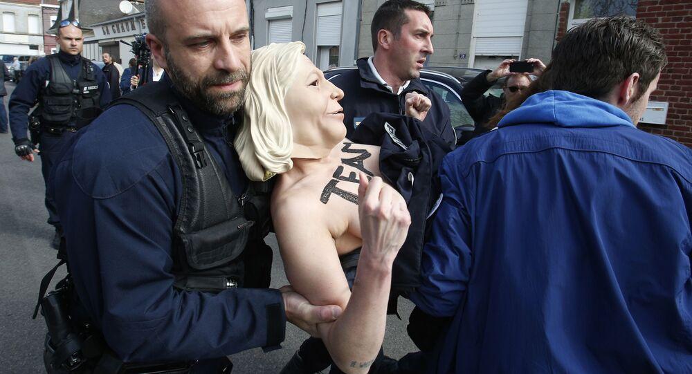 Aktivistky Femen zadrželi nedaleko místa, kde hlasovala Le Penová