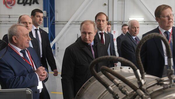 Ruský prezident Vladimir Putin během návštěvy podniku Sjednocené korporace na výrobu motorů Saturn - Sputnik Česká republika