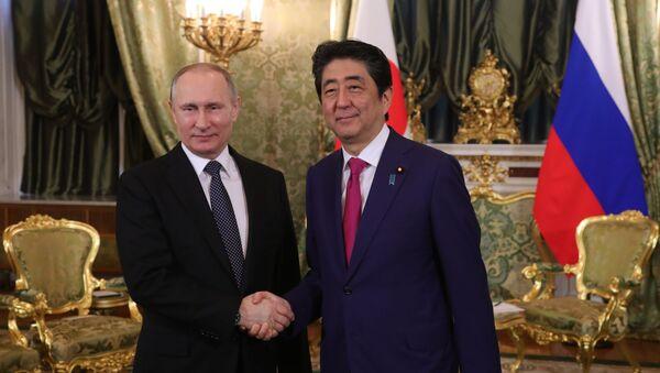 Jednání japonského ministerského předsedy Šinzó Abeho a ruského prezidenta Vladimira Putina - Sputnik Česká republika