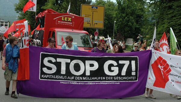 Neschválené protesty na summitu G7 trvaly celý den - Sputnik Česká republika