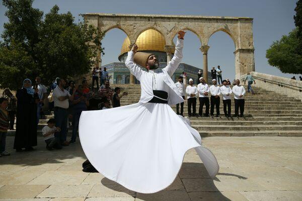 Turecký derviš tančí před mešitou Kupole Skály v Jeruzalému - Sputnik Česká republika
