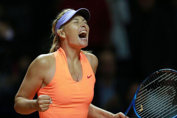 Maria Šarapovová se raduje z vítězství v prvním kole hry s Robertou Vinciovou v utkání WTA Porsche Tennis Grand Prix 2017 v Stuttgartu - Sputnik Česká republika
