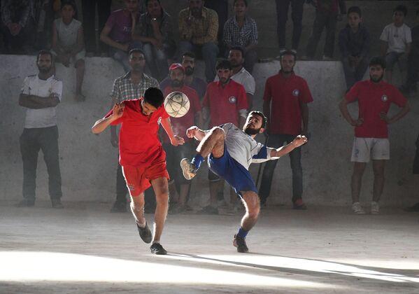 Fotbalové utkání mezi týmem příslušníků společnosti Červeného kříže a Červeného půlměsíce a studenty v syrském Deir ez-Zoru - Sputnik Česká republika