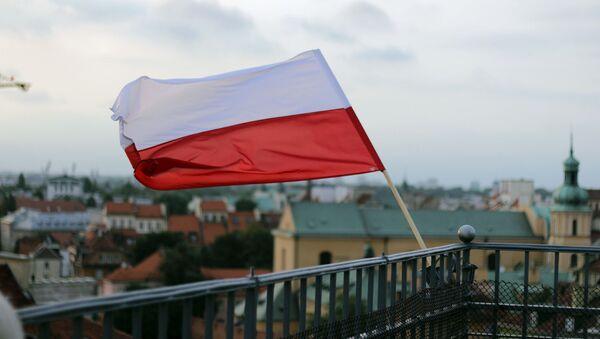 Polská vlajka na pozadí Varšavy - Sputnik Česká republika