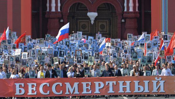 Участники шествия Региональной патриотической общественной организации Бессмертный полк Москва по Красной площади - Sputnik Česká republika
