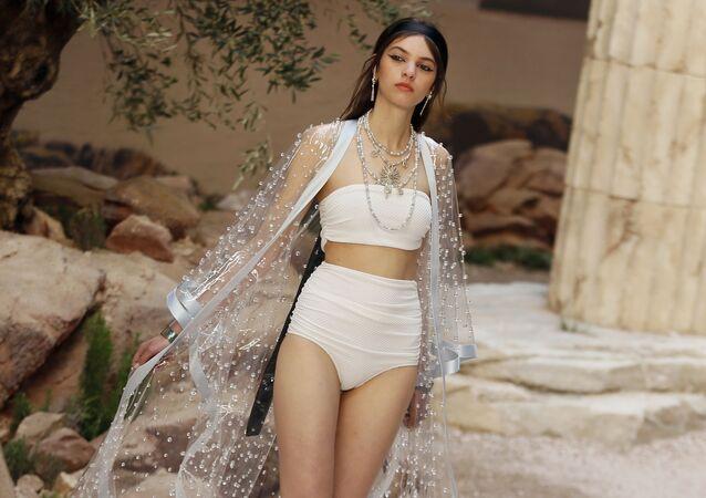 Modelka předvádí kolekci Chanel Cruise v Paříži
