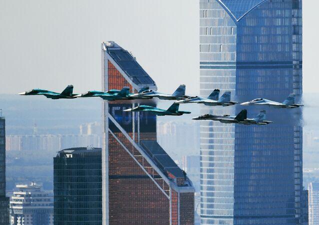 Stíhačka Su-35 a stíhačky-bombardéry Su-27 a Su-34 během zkoušky na leteckou část Přehlídky vítězství v Moskvě