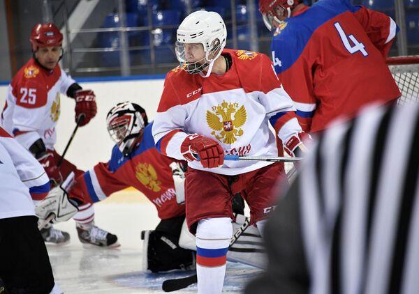 Prezident RF Vladimir Putin během hokejového tréninku na olympijském stadionu Šajba v Soči - Sputnik Česká republika