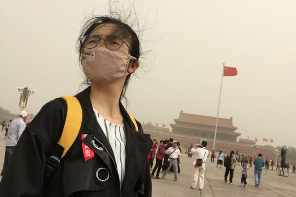 Dívka v masce proti smogu na náměstí Tchien-an-men v centru Pekingu - Sputnik Česká republika