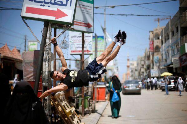 Palestinec Muhammad al-Hur sportuje na ulici v běženeckém táboru Nuseirat v Pásmu Gazy - Sputnik Česká republika