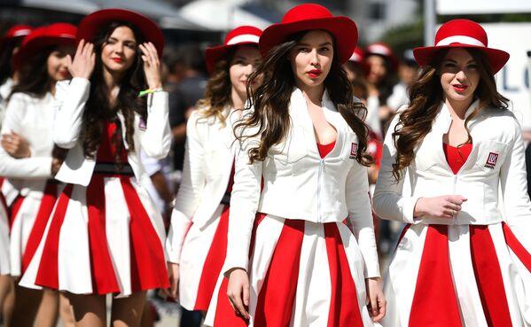 Grid Girls v padoku před zahájením kvalifikace v ruské etapě MS v závodu na autodromu třídy Formule 1 - Sputnik Česká republika