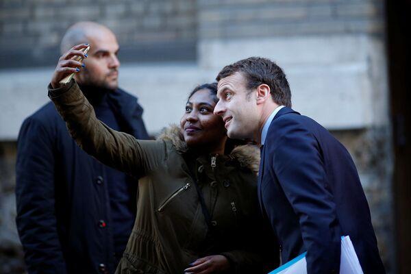 Kandidát na prezidenta Francie Emmanuel Macron dělá selfii s ctitelkou - Sputnik Česká republika