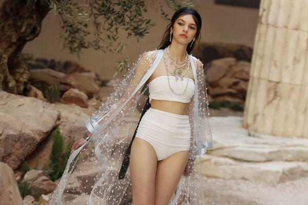 Modelka předvádí kolekci Chanel Cruise v Paříži - Sputnik Česká republika