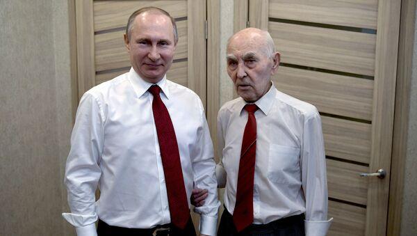Prezident RF Vladimir Putin zavítal na prahu Dne vítězství na návštěvu k bývalému zástupci KGB SSSR při ministerstvu bezpečnosti NDR Lazaru Matvejevovi - Sputnik Česká republika