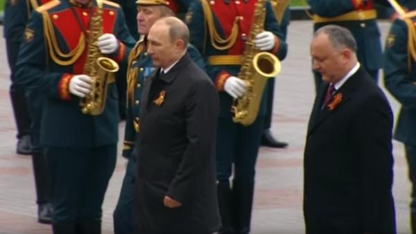 Putin položil květiny ke Hrobu neznámého vojína - Sputnik Česká republika