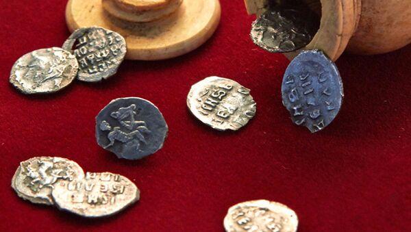 Strříbrné mince z dob císaře Ivana Hrozného, nalezené v Moskvě - Sputnik Česká republika