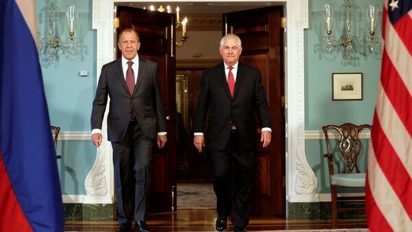 Ruský ministr zahraničních věcí Sergej Lavrov a ministr zahraničních věcí USA Rex Tillerson - Sputnik Česká republika