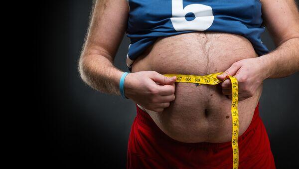 Tlustý muž měří břicho - Sputnik Česká republika