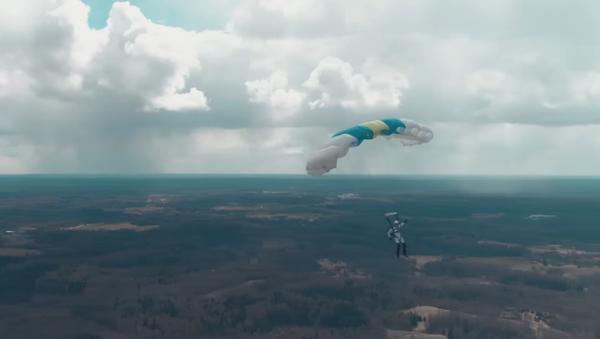 Lotyšský parašutista jako první na světě skočil z dronu - Sputnik Česká republika