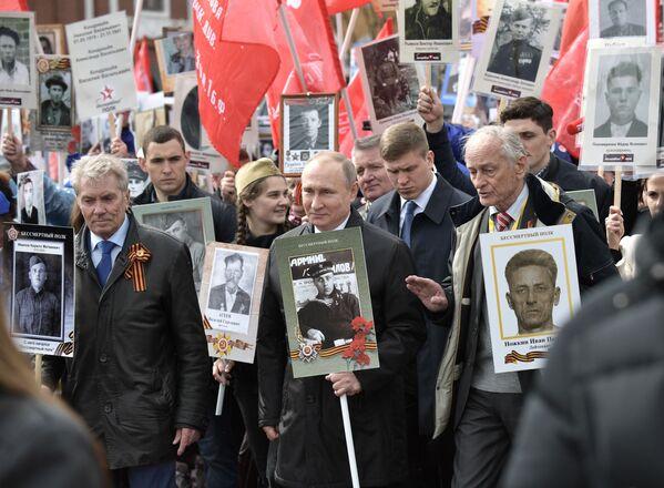 Prezident RF Vladimir Putin se účastní pochodu Nesmrtelný pluk - Sputnik Česká republika