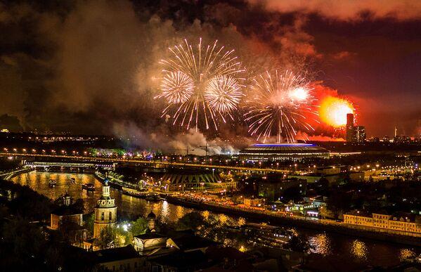 Slavnostní ohňostroj na počest Dne vítězství na Vorobjových horách v Moskvě - Sputnik Česká republika