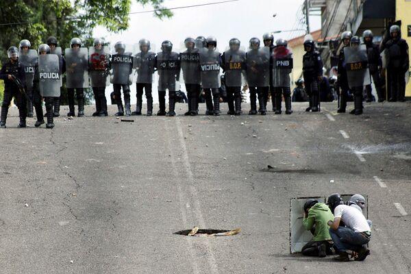 Speciální jednotka venezuelské policie během srážek s protivládními demonstranty v městě San Cristobal - Sputnik Česká republika