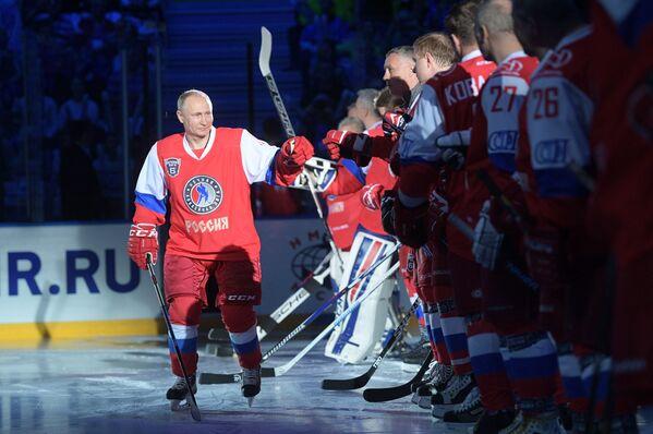 Prezident RF Vladimir Putin před zahájením gala utkání VI Všeruského festivalu Noční hokejové ligy v ledovém paláci Bolšoj sočského Olympijského parku - Sputnik Česká republika
