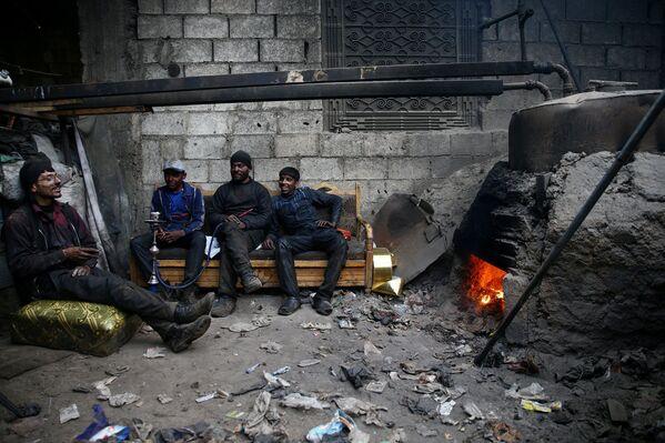 Dělníci v dílně syrského města Dumy, které ovládají rebelové - Sputnik Česká republika