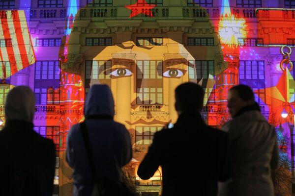 Diváci na světelné multimediální show O Vítězství na průčelí budovy na Manéžním náměstí v Moskvě - Sputnik Česká republika