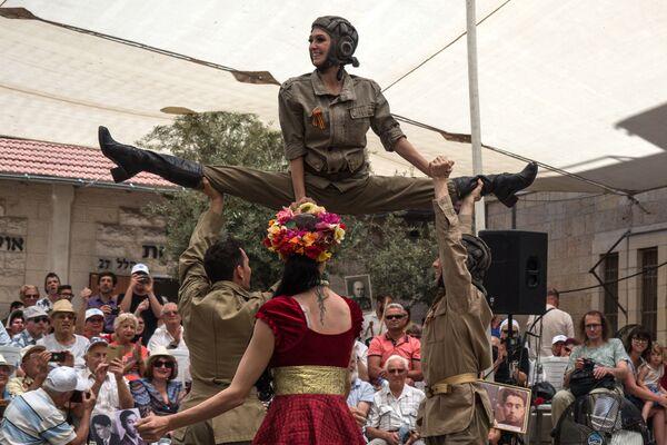 Herci vystupují na oslavách Dne vítězství v Jeruzalému - Sputnik Česká republika
