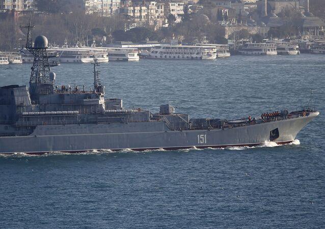 Ruská výsadková lod`Azov v Bosporu