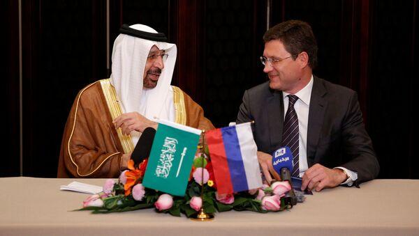 Ministři energetiky Alexandr Novak a Khalid Al-Falih - Sputnik Česká republika