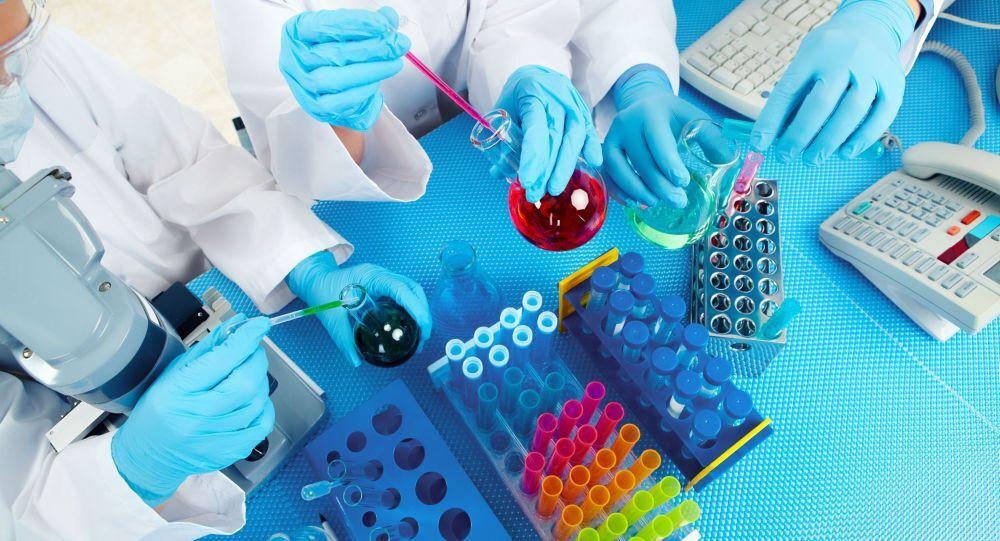 Skupina lékařů provádí kontrolu laboratorních testů