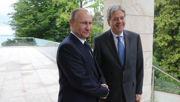 Ruský prezident Vladimir Putin s italským premiérem Paolo Gentilonim - Sputnik Česká republika