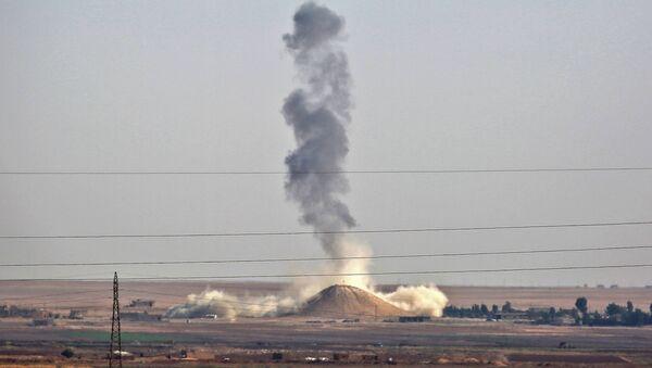 Letecký útok mezinárodní koalice u města Rakka, Sýrie. Archivní foto - Sputnik Česká republika